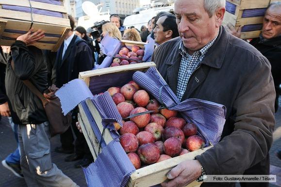 multitud en Plaza de Mayo para retirar peras y manzanas