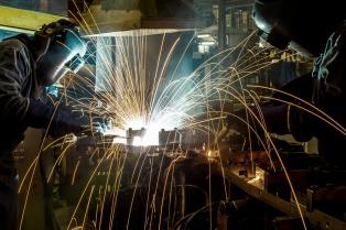 El nivel de actividad industrial se contrajo en marzo 4,2% interanual, según FIEL