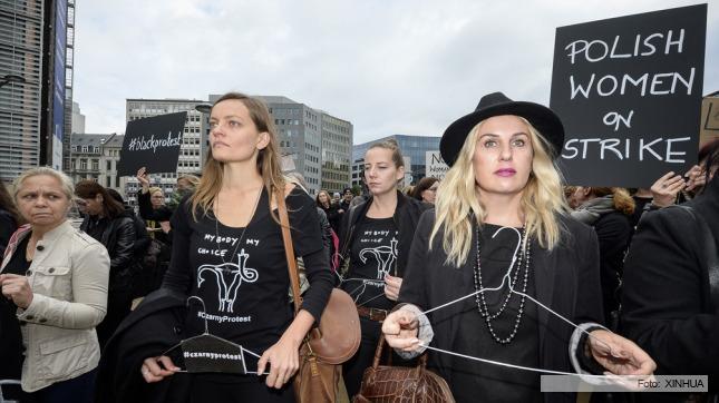 Miles de mujeres polacas marchan contra la prohibición del aborto
