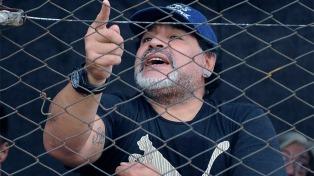 Maradona hizo delirar a hinchas y ex jugadores en Bahrein