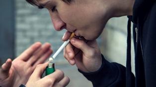 Baja la cantidad de fumadores en Argentina, pero el hábito comienza antes