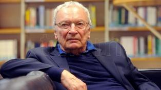 """Uwe Timm: """"La historia la construyen los intereses dominantes, la literatura puede escribir sobre las víctimas"""""""