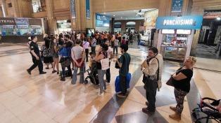 Largas filas en Retiro y Constitución por la venta de pasajes de tren para la temporada de verano