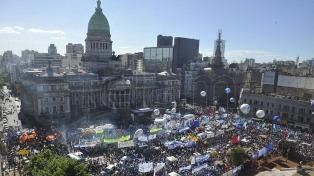 """La CGT y los movimientos sociales le pidieron al Gobierno que """"no vete"""" la Ley de Emergencia Social"""