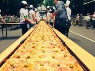 Prepararon en la calle la pizza más larga de Buenos Aires