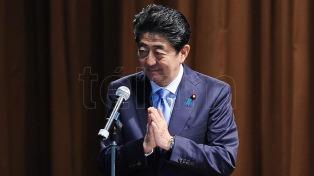 La imagen de Abe en caída por sospechas que favoreció a un amigo