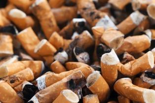 Una asociación inició una campaña de concientización sobre las colillas de cigarrillo