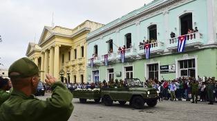 El cortejo que traslada a Fidel Castro pasó por el mausoleo del Che
