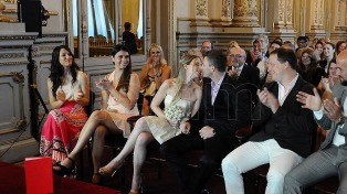 Una docena de parejas se casaron en el Teatro Colón