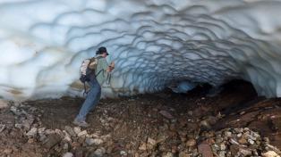 Esquel: una excursión fuera de serie a un curioso túnel de hielo de casi una cuadra de largo