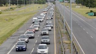 Gran cantidad de vehículos se desplazan hacia distintos destinos turísticos