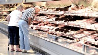 Fuertes promociones y descuentos para alentar el consumo y liquidar stocks en los hipermercados