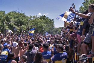 """Superclásico: cientos de hinchas de Boca realizaron el típico """"banderazo"""""""