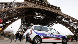 Investigan a un hombre que intentó subir a la Torre Eiffel con un cuchillo
