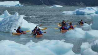 Navegar en kayaks entre los témpanos del glaciar Upsala, una aventura para todo el año