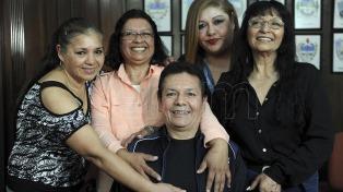 Una mujer que había sido adoptada de bebé fue hallada 52 años después por sus cuatro hermanos