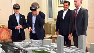 Macri observó una maqueta de obras públicas con anteojos HoloLens de realidad mixta