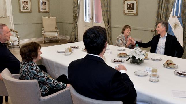 Resultado de imagen de Macri desayunó con Jubilados