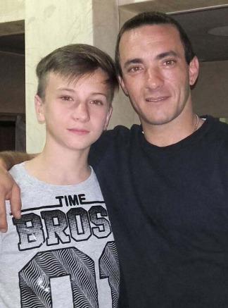 Brian, el chico que murió, junto a su papá.