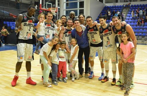 El equipo de Olímpico junto a Massarelli, antes de su operación (Foto: Ligateunafoto.com)