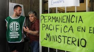 Trabajadores del Ministerio de Educación levantan temporariamente la toma