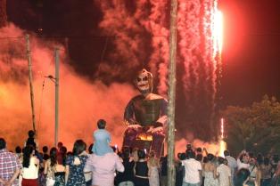 En La Plata arderán 86 muñecos gigantes para celebrar la llegada del Año Nuevo