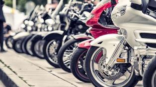 Debuta un sistema de grúas para levantar motos mal estacionadas en el microcentro porteño