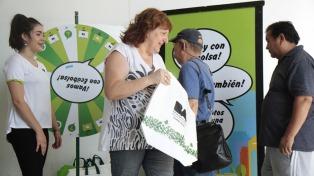 Continúan distribuyendo las bolsas reutilizables en distintos puntos de la Ciudad