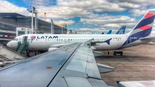 Por asambleas de pilotos en Aeroparque y Ezeiza cancelan vuelos de Latam