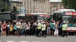 Operativo para liberar las calles adyacentes a la estación de Once, donde protestan los manteros
