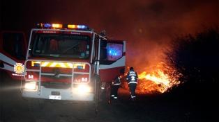 Un incendio forestal destruyó al menos 50 viviendas