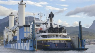 Un crucero averiado de National Geofraphic fue cargado sobre otro buque que lo llevara a Europa