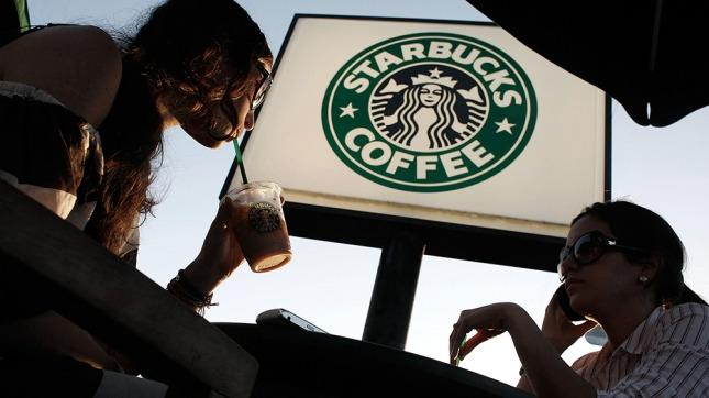Starbucks anuncia que contratará a 10.000 refugiados en cinco años