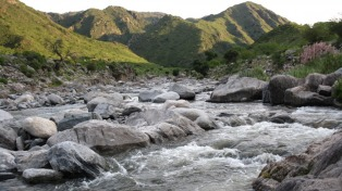Una caída de agua de 70 metros en las sierras puntanas junto a un pueblo con historia