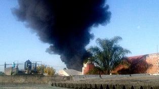 Bomberos controlaron el fuego en la planta de reciclado de neumáticos de Villa Ballester