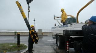 Evacuados, más de 100 árboles caídos, y alertas por trombas marinas en la Costa Atlántica