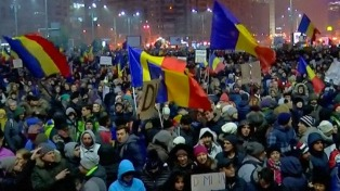 Siguen las protestas, aunque el gobierno rumano derogó el decreto que despenalizaba la corrupción