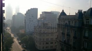 Una nube de humo cubre la Ciudad por un incendio en Punta Lara