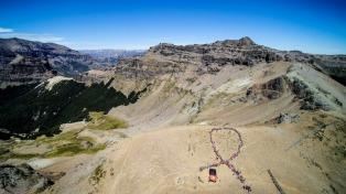 Más de 400 personas escalaron el cerro Teta para concientizar sobre cáncer de mama