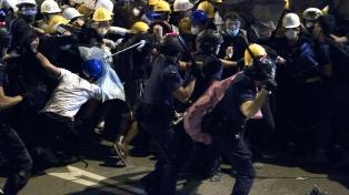 Condenaron a siete policías por atacar a un manifestante en Hong Kong