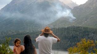 Controlan el fuego en el Cerro Catedral, aunque siguen las tareas para extinguirlo