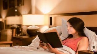 Los jóvenes siguen leyendo libros, y lo hacen guiados por la familia y las redes sociales