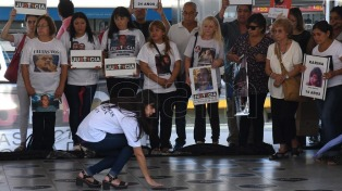 Tragedia de Once: colocan los nombres de los muertos en las baldosas de la estación