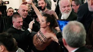 Una militante feminista con los pechos al aire interrumpió una conferencia de Le Pen