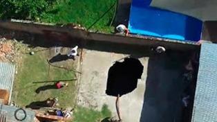 Cayó en un pozo que se abrió en el patio de su casa tras desarmar una pileta