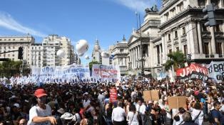 """Los docentes bonaerenses decidirán hoy """"la continuidad de las medidas de acción"""""""