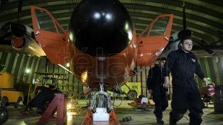"""Chicas y muchachos """"tuerca"""" de Marambio preparan el avión Twin"""