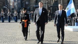 Los reyes de Holanda le dieron la bienvenida a Macri en la plaza Dam, entre muestras de apoyo y rechazo