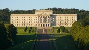 Las crisis políticas de las dos Irlandas complican la negociación del Brexit