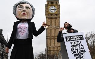 Peligra el acuerdo del Brexit tras las renuncias de dos ministros de May